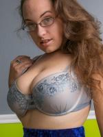 Mega curvy Sophie Barnes debuts on Cosmid